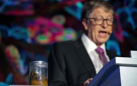 Bill Gates sorprendió en un foro con un frasco de excrementos humanos