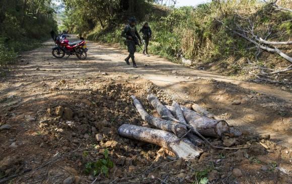 En la zona del ataque quedaron restos de armamento de los policías que algunos labriegos quisieron tomar, pero agentes que custodiaban el sitio impidieron que se los llevaran. FOTO Julio César Herrera