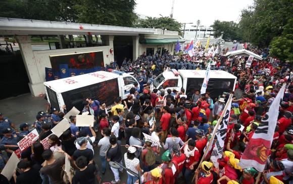 "Camioneta policial filipina atropella a manifestantes anti-EUA"""