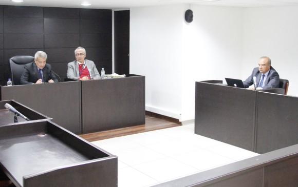 La audiencia de lectura del fallo se realizó en Bogotá y fue presidida por la Procuradora Segunda Delegada para la Vigilancia Administrativa. El contralor de Antioquia no estuvo presente pero fue representado por su abogado