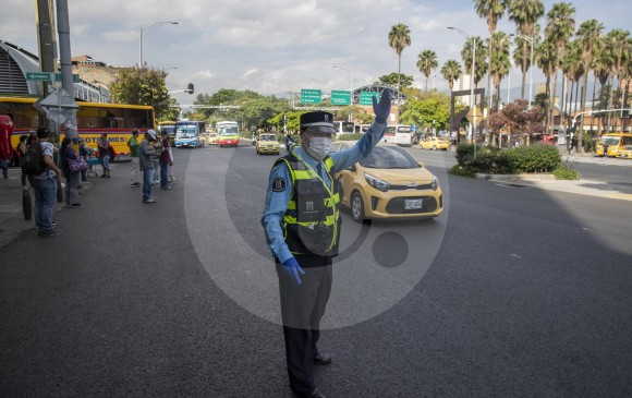 El parque automotor tuvo un incremento del 24 % en el primer día de reactivación económica. Los guardas de tránsito controlaban el flujo de vehículos en las vías de Medellín. FOTO ESTEBAN VANEGAS