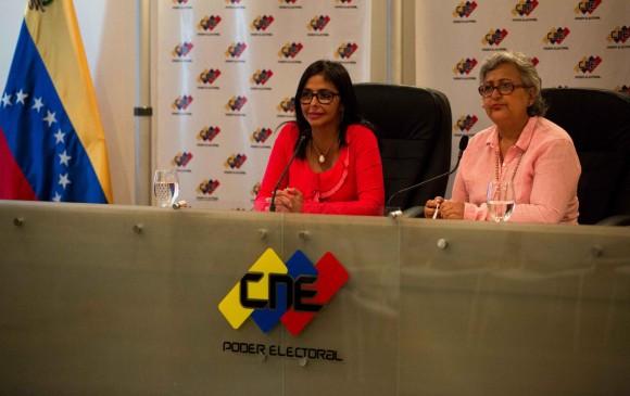 Delcy Rodríguez, presidenta de la Asamblea Nacional Constituyente (ANC) chavista (izquierda), compareció con Lucena y aseguró que trabajarán conjuntamente para buscar otra fecha. FOTO efe