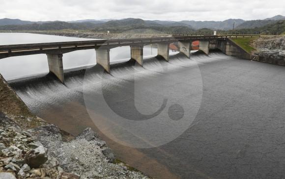 El vertedero tiene siete compartimientos de salida libre que rebosan cuando el agua llega a nivel máximo. FOTO MANUEL SALDARRIAGA