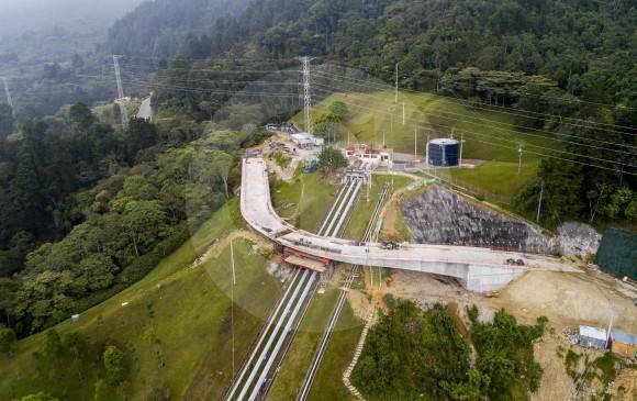 Al puente, que unirá los dos segmentos de vía y tiene 150 metros de longitud, solo le falta una losa de fundición. FOTO Carlos Velásquez