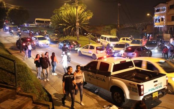 Intervención de la policía para dispersar a las personas en la carrera 88 con calle 80. FOTO EDWIN BUSTAMANTE