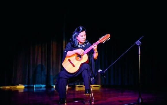 La maestra Enerith Nuñez recibirá la medalla al mérito Daniel Uribe, por su trayectoria interpretando el tiple. FOTO cortesía artista.