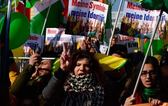 Es conocida en el mundo la importancia de las mujeres en las luchas y protestas de los kurdos. Jinnews es otro ejemplo. FOTO efp