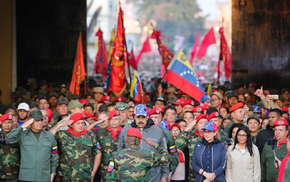 Nicolás Maduro acompañado de Ejército Nacional Bolivariano en ejercicios militares la semana pasada. FOTO Reuters