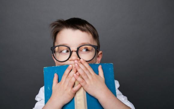 Es normal que los pequeños sientan miedo, lo importante es saber identificar cuándo se puede controlar en casa y cuándo se debe consultar. Foto: ShutterStock