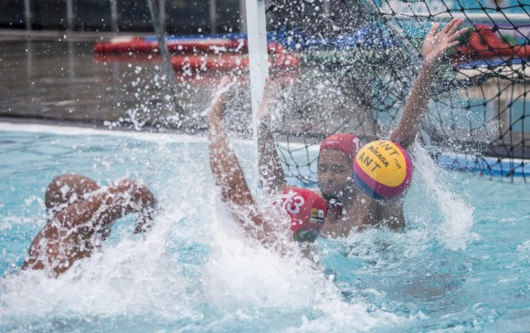 Juan Camilo, defendiendo su arco, durante un entrenamiento en la piscina olímpica del complejo acuático. FOTO Santiago mesa