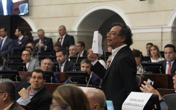 El senador Gustavo Petro dijo que hoy, nuevamente, dará más explicaciones sobre el video de la discordia. Lo novedoso es que será en una rueda de prensa, en la que se espera que haya preguntas y contra preguntas de los periodistas. FOTO Colprensa