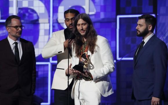 El compositor Ludwig Goransson aceptando el premio por Record of the year por el tema This is America que interpreta Childish Gambino. FOTO: Reuters