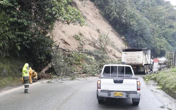 En la vía al suroeste, a 1 km del peaje de Amagá, un derrumbe viene presentando cierres parciales y totales. Ha habido trancones hasta de 2 horas por trabajos de remoción. FOTO Manuel saldarriaga
