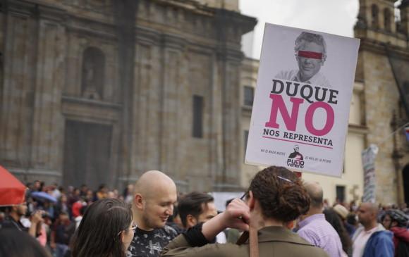En la marcha de los universitarios, convocada para pedir al Gobierno más recursos para la educación, hubo arengas contra el expresidente Álvaro Uribe y el presidente Iván Duque. FOTO colprensa