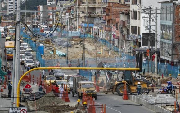 Así lucen los frentes de obra de la etapa 2A de Metroplús, entre las calles 36 sur y 39 sur, en Envigado. Comunidad del sector, comerciantes en su mayoría, están muy afectados. FOTO róbinson sáenz