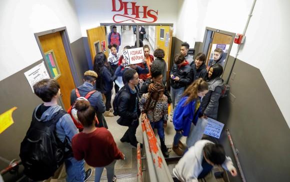 En las escuelas norteamericanas, los estudiantes protestaron por las armas en el país. FOTO AFP