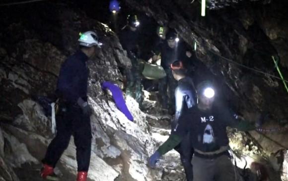 Varios miembros del equipo de rescate evacuan a un niño atrapado en la cueva Tham Luang, en Chiang Rai (Tailandia) Foto: EFE