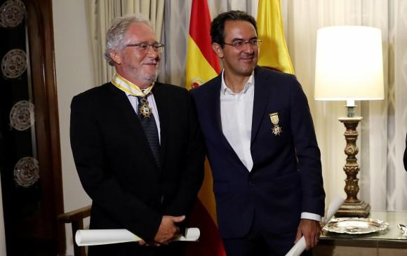 El escritor colombiano Héctor Abad Faciolince y el escritor colombiano Juan Gabriel Vásquez son vistos luego de ser condecorados con la Orden de Isabel la Católica, en el grado de Encomienda y en el Grado de Cruz Oficial respectivamente ayer, 13 de noviembre de 2018. EFE/