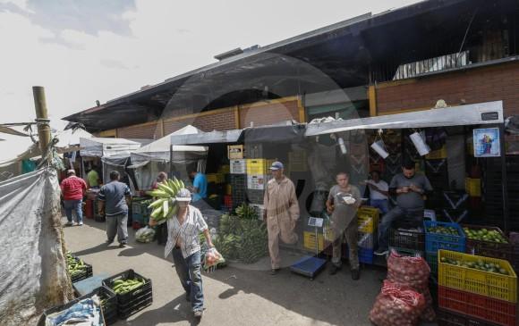 Ubicados en carpas a un costado del bloque 27, que ardió el 10 de julio hace un año, los comerciantes esperan una solución que no los vaya a dejar en la calle. FOTO manuel saldarriaga