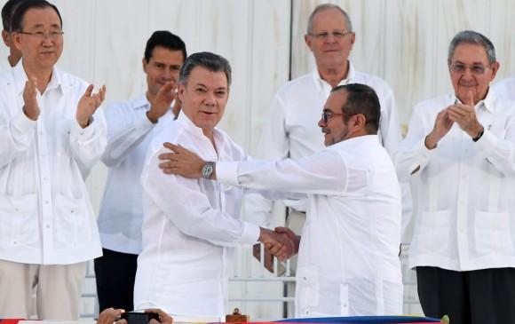 Las FARC y gobierno colombiano firman acuerdo de paz