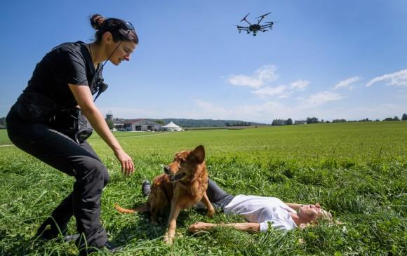 Los drones aumentan la eficacia de los operativos con perros. FOTO AFP