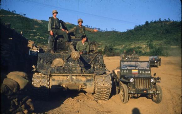 El sargento Gilberto Díaz posa en un vehículo blindado de artillería del Ejército de Estados Unidos.