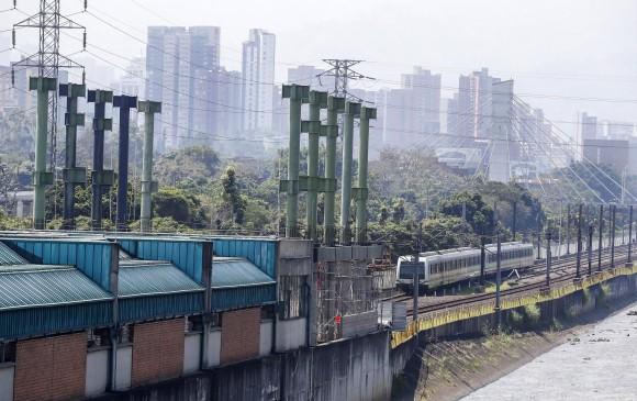 La ampliación de la estación Poblado toma forma con la instalación de los pilares que sostendrá la estructura de acceso en el costado sur de la plataforma existente.