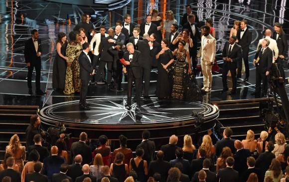 Este fue el momento en que Warren Beatty dio la explicación. A la derecha se ve a Ryan Gosling y Emma Stone sorprendidos sobre lo que acababa de suceder. FOTO AFP