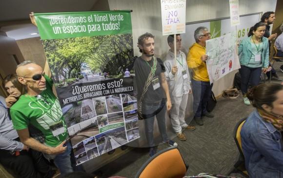 Dentro y fuera del recinto, los activistas desplegaron carteles alusivos a la salvaguarda de la naturaleza en el municipio de Envigado. FOTO Manuel Saldarriaga