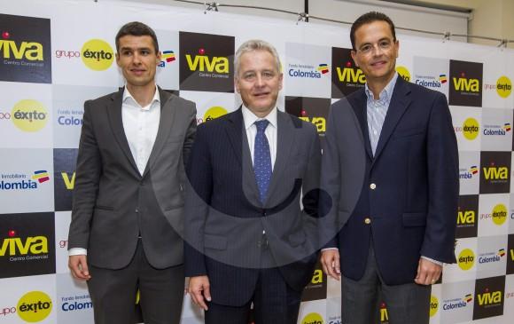 Juan Lucas Vega, vicepresidente Inmobiliario de Grupo Éxito, Carlos Mario Giraldo, presidente de Grupo Éxito y Santiago Uribe, gerente de FIC, firmaron acuerdo de entendimiento. FOTO Jaime Pérez.
