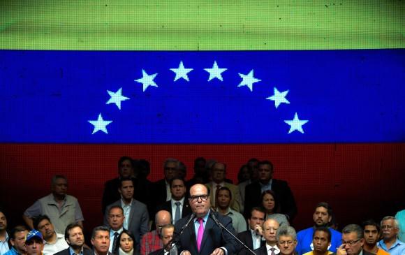 Seguidores de Nicolás Maduro golpean a diputados; SRE condena los ataques