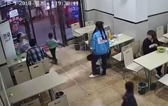 Una mujer embarazada hizo tropezar a un pequeño niño