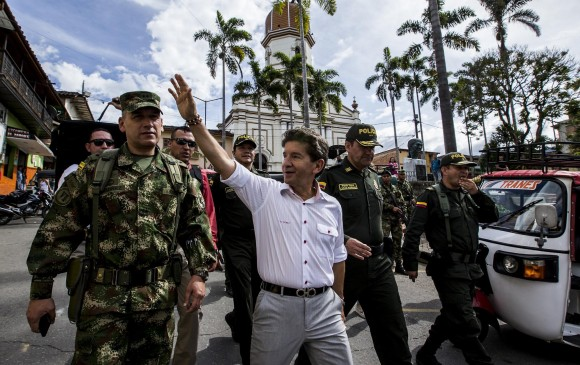 Luis Pérez, en su más reciente visita a Ituango, el pasado 22 de agosto, para conocer la problemática de seguridad. FOTO Jaime Pérez.