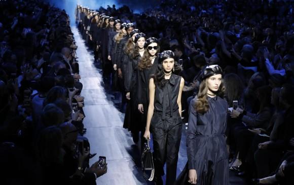 El tratamiento del denim en Dior fue muy versátil en su pasarela. FOTO