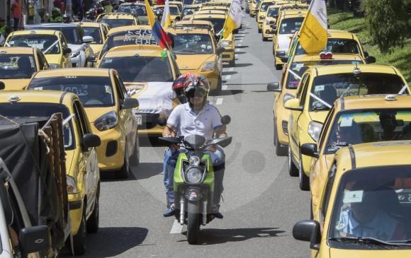 Taxistas en paro en Colombia piden salida de Uber