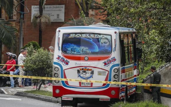 Luego del ataque a bala contra el conductor, el bus quedó a un costado de la vía, en la carrera 80 con calle 80 . Foto: Róbinson Sáenz