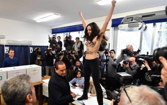 La postal de estas elecciones fue cuando el polémico exmandatario Berlusconi fue increpado por una activista de Femen. FOTO EFE