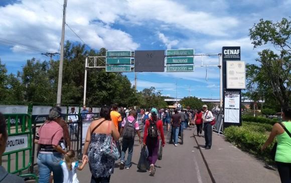 Hasta ahora no hay novedades en el Puente internacional Simón Bolívar, en la frontera de Colombia con Venezuela, por donde cada día cruzan miles de personas. FOTO Rosalinda Hernández