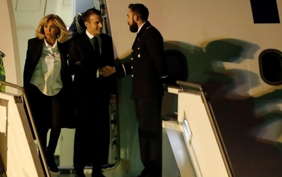 El presidente de Francia, Emmanuel Macron, saludando a uno de los trabajadores del aeropuerto de Ezeiza. FOTO: EFE