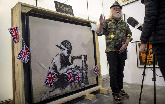 El artista estadounidense contemporáneo Ron English compró la obra de Banksy, Slave Labor, por US$ 730.000 dólares Foto: Barbara Davidson/Getty Images