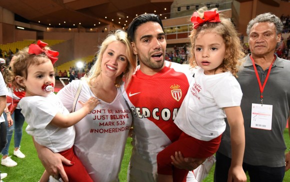 Falcao celebra con su familia un nuevo título en su carrera deportiva. FOTO REUTERS