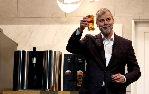 La máquina fue creada por LG y hace cinco tipos diferentes de cerveza. FOTO: Reuters