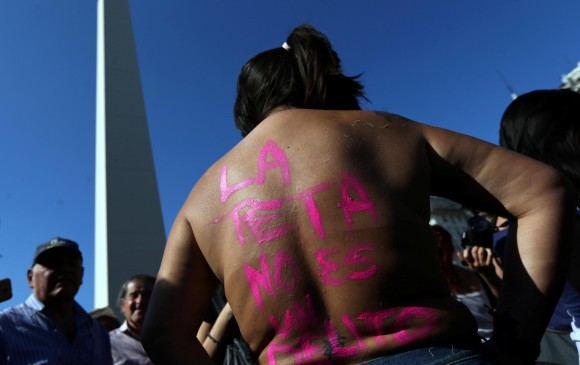 Miles de argentinas marcharon por censura de los pechos femeninos