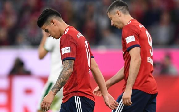 Los jugadores Robert Lewandowski y James Rodríguez salieron con la cabeza gacha tras la derrota en la Bundesliga. FOTO REUTERS
