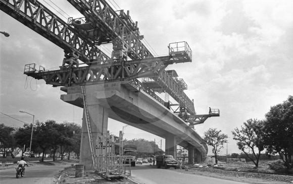 Construcción del viaducto de la vía férrea, entre la Alpujarra e Industriales. Foto de 1988.