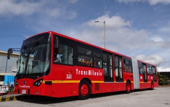Hinchas de Millonarios atacan buses de Transmilenio