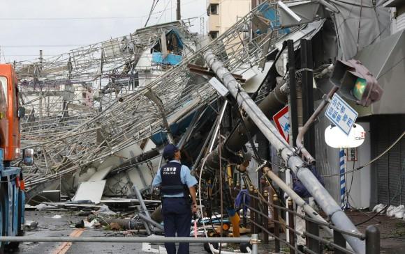 Daños materiales ocasionados por las fuertes rachas de viento por el tifón Jebi, ocurridos ayer en Osaka, Japón. FOTO AFP