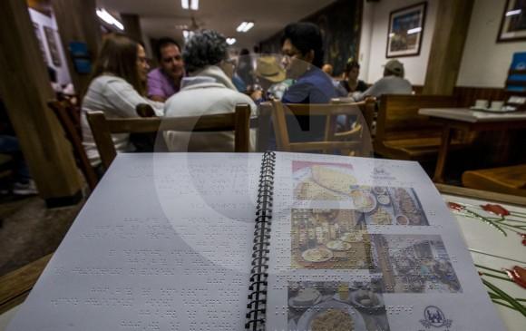 El menú de comidas con el lenguaje braille llegó al restaurante Salón Versalles, en el Centro de Medellín, desde el pasado 18 de septiembre. FOTO JULIO CÉSAR HERRERA