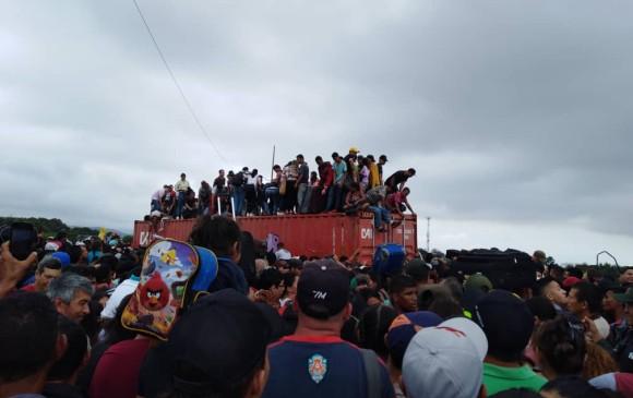 VENEZOLANOS CON HAMBRE TREPAN SOBRE CONTENEDORES Y ROMPEN VALLAS PARA CRUZAR HACIA COLOMBIA