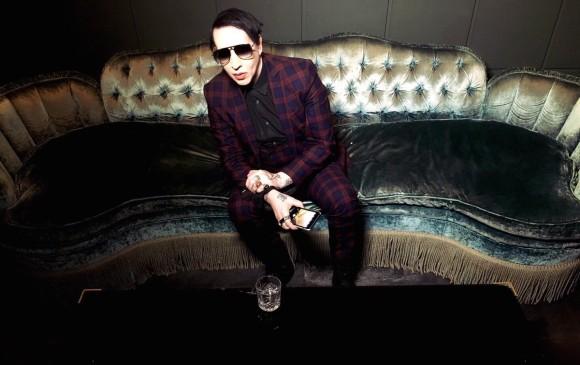 .Marilyn Manson le agarra los testículos a un periodista.